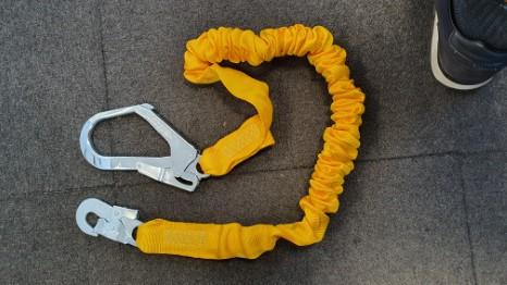 Shockabsorbing elastic lanyard incl hooks